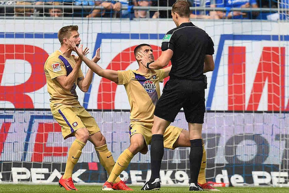Der Ball war im Tor: Sebastian Hertner (l.) und Dimitrij Nazarov beschwerten sich wild gestikulierend bei Schiedsrichter Sören Storks.