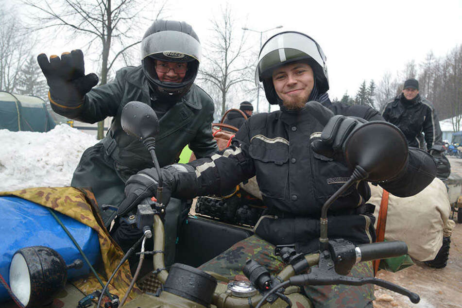 Trotz Panne: Martin Zimmermann (32, l.) und Timm Körner (25) aus Markneukirchen fuhren dennoch zur Augustusburg.