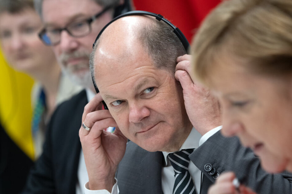 Olaf Scholz (SPD) sitzt während des G20-Gipfels in Buenos Aires neben Bundeskanzlerin Angela Merkel (CDU).
