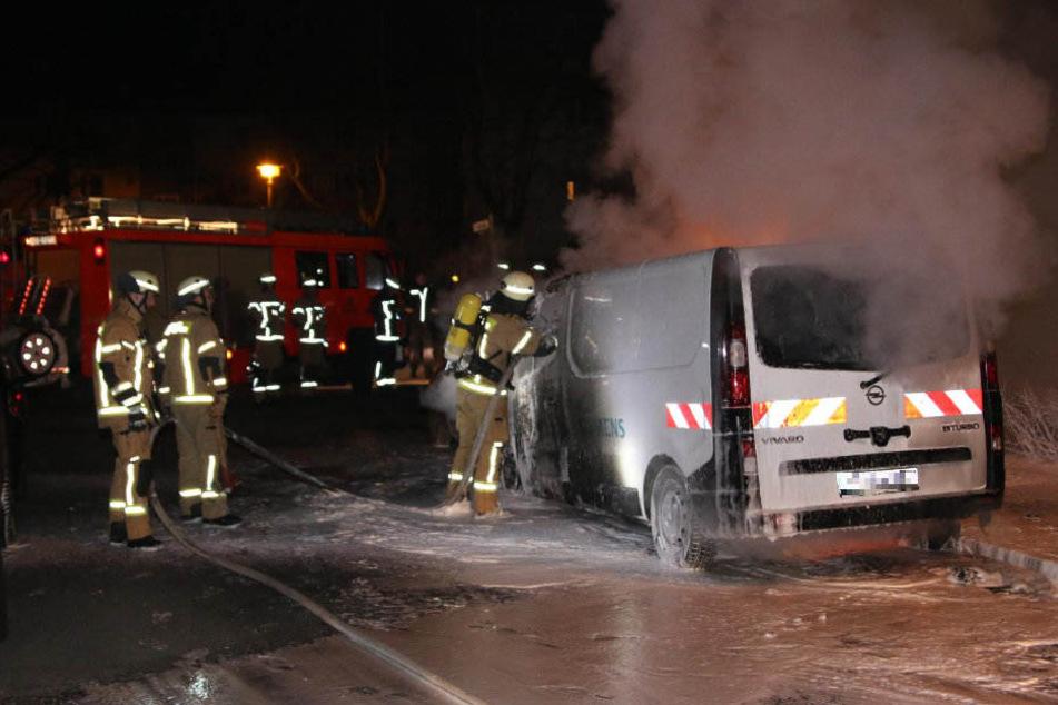 Die Feuerwehr konnte die Flammen und der Transporter wurde sichergestellt.