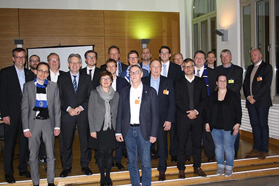 Vertreter des DSC Arminia Bielefeld zusammen mit den Mitgliedern des neuen Fanclubs.