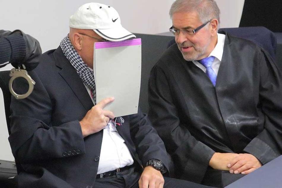 Jens H. (51) im Gespräch mit seinem Anwalt Klaus Bartl (67).
