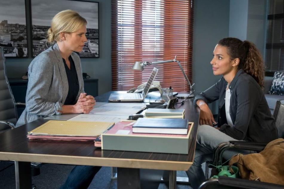 Das Bewerbungsgespräch zwischen Kim Nowak (r., gespielt von Amy Mußul) und Ina Zimmermann (Melanie Marschke) verläuft alles andere als gut.