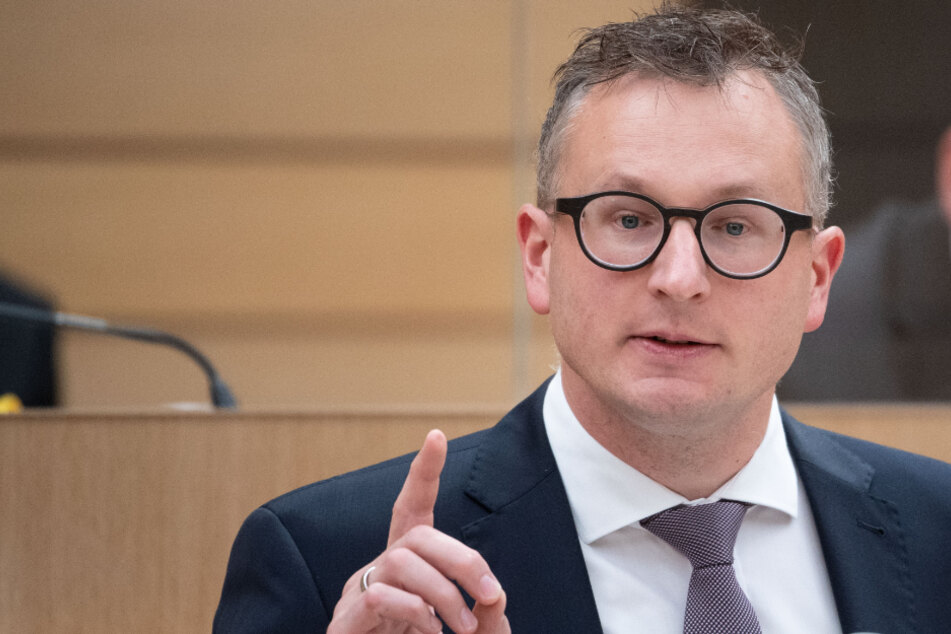 Andreas Schwarz, Landtagsfraktionsvorsitzender von Bündnis 90/Die Grünen, spricht während einer Landtagssitzung im Plenarsaal des Landtags von Baden-Württemberg.