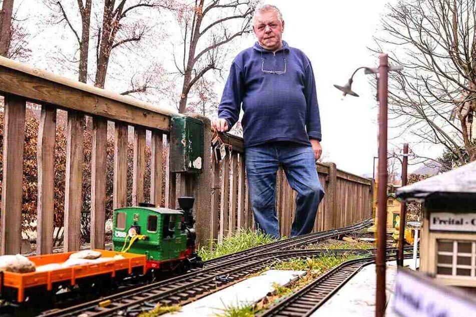Rentner Harald Palitzsch (69) ist sauer: Unbekannte reißen immer wieder Drähte und Bedienelemente an seiner Modellbahn-Anlage ab.