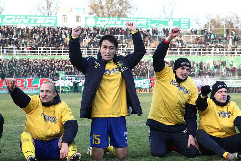 Nach dem letzten Leipziger Derby war Hiromu Watahiki (Mitte) der umjubelte Held. Am Samstag könnte er zum Zuschauen verdonnert sein.