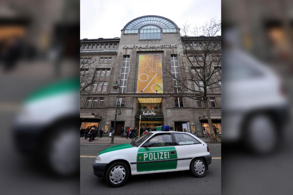 Ein Polizeiwagen steht in Berlin vor dem Kaufhaus des Westens.
