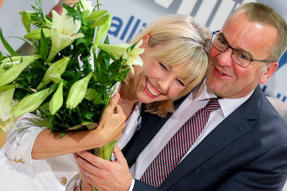 So sehen Verliebte aus, oder? Boris Pistorius gratuliert auf einer Veranstaltung im August Doris Schröder-Köpf zum Geburtstag.
