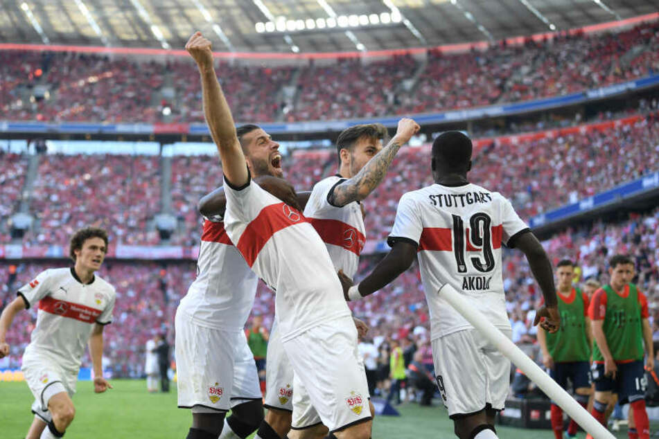 Torschütze Chadrac Akolo (r) von Stuttgart jubelt mit seinen Mitspielern über sein Tor zum 1:3.