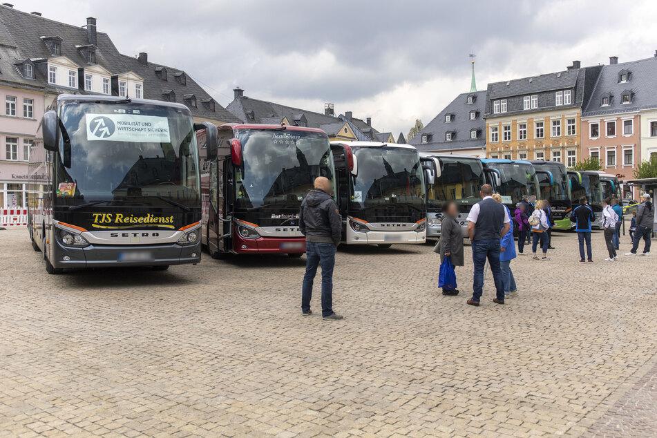 Über ein Dutzend Busse standen am Donnerstagmittag auf dem Annaberger Markt. Die Busreise-Unternehmer machten dabei auf ihre Existenzängste aufmerksam.