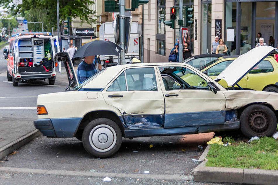 Taxi erfasst Fußgänger auf Kreuzung