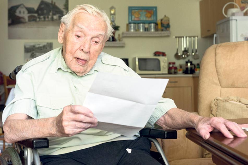 Fassungslos hält Senior Richard  Vogel das Kündigungsschreiben in der Hand.