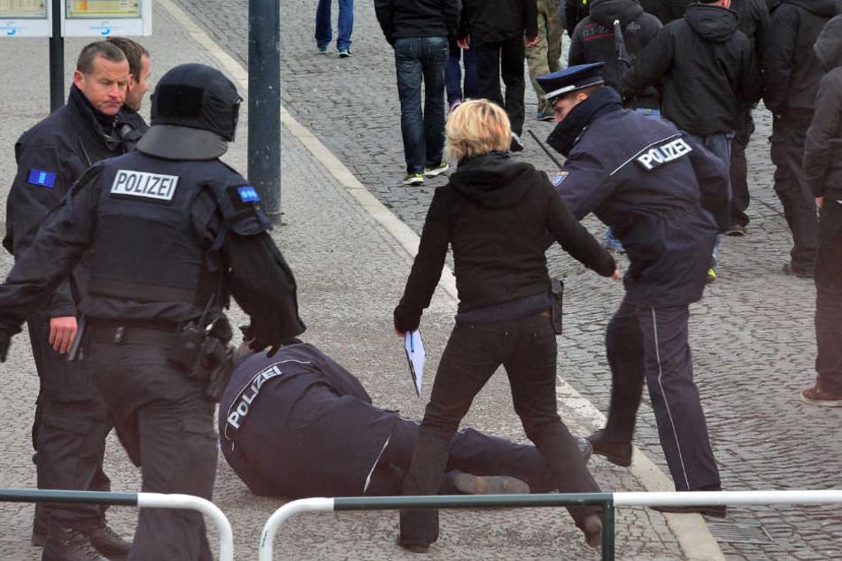 Im Februar 2014 wurde der Einsatzleiter aus den Reihen einer rechten Demo heraus angegriffen und verletzt.