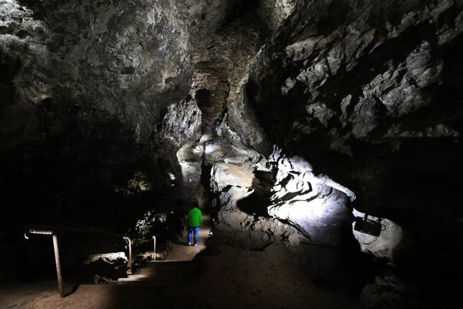 Eine Mitarbeiterin geht in der Kluterthöhle einen Weg entlang. Das Höhlensystem ist das vierte nationale Naturmonument in Deutschland