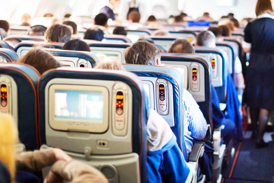"""Passagier verklagt Airline, weil dicke Sitznachbarn ihn """"einquetschten"""""""