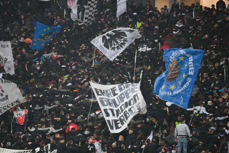 Zwischen den Frankfurter Fans und der Polizei kam es zu Auseinandersetzungen im Stadioninnenraum. (Symbolbild)