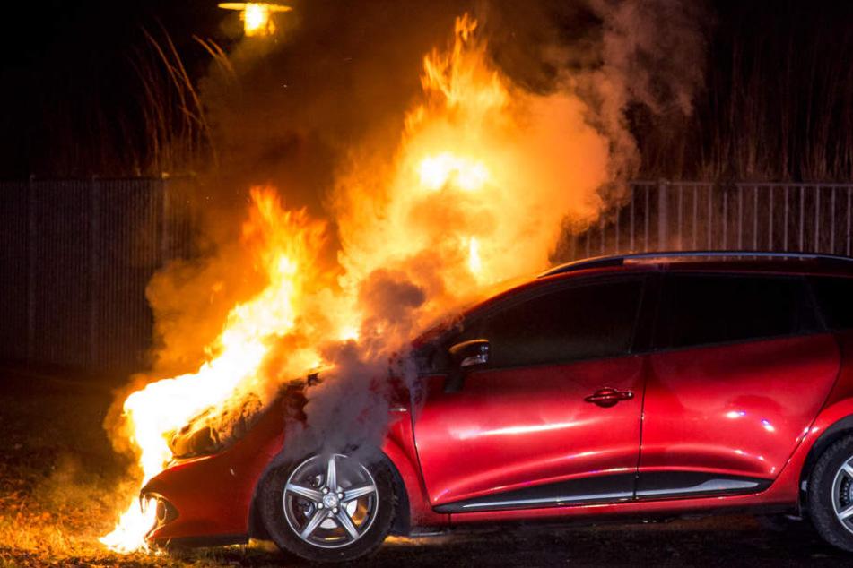 Der Renault stand in der Nacht in Flammen.