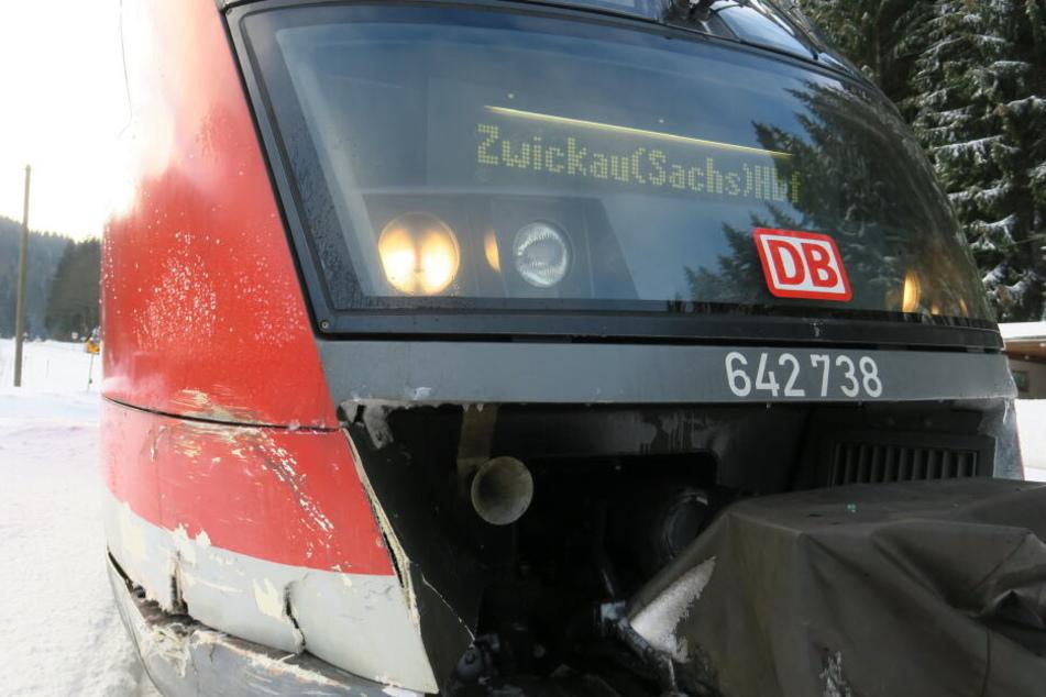 Die Unfallspuren sind auch an der Bahn deutlich zu erkennen.