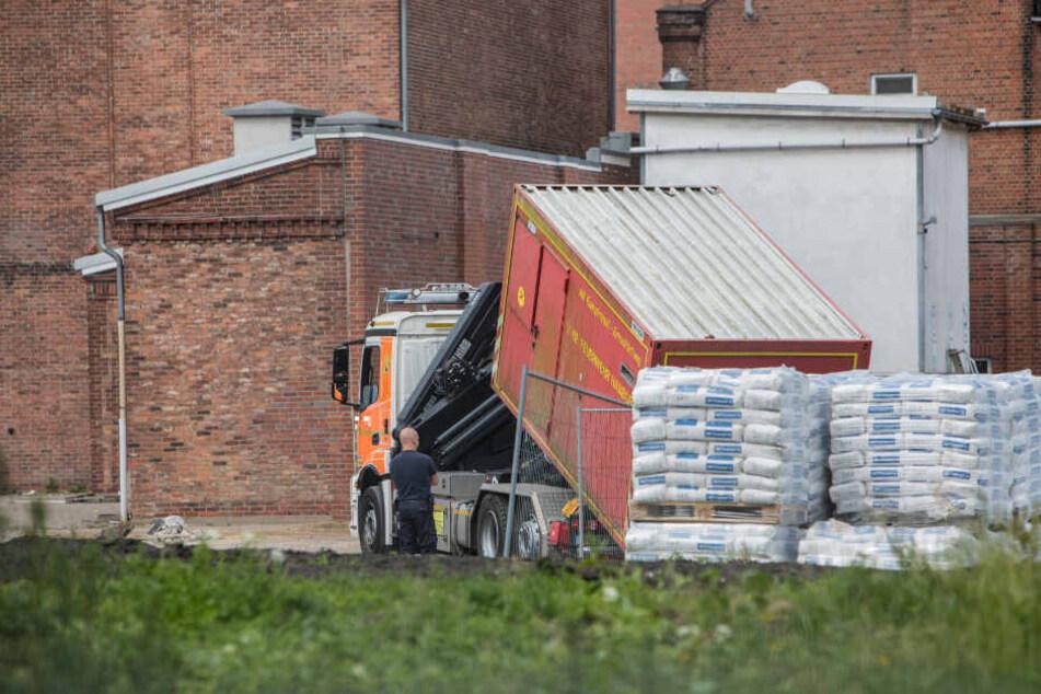 Die Feuerwehr bringt einen Container des Kampfmittelräumdienstes zum Einsatzort.