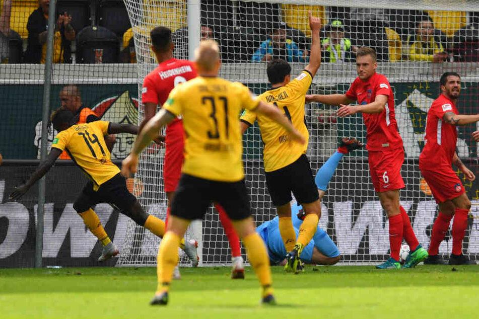 Ganz bitterer und vielleicht entscheidender Moment für Dynamo: Der reguläre Treffer von Moussa Koné wird in der ersteh Hälfte nicht gegeben.