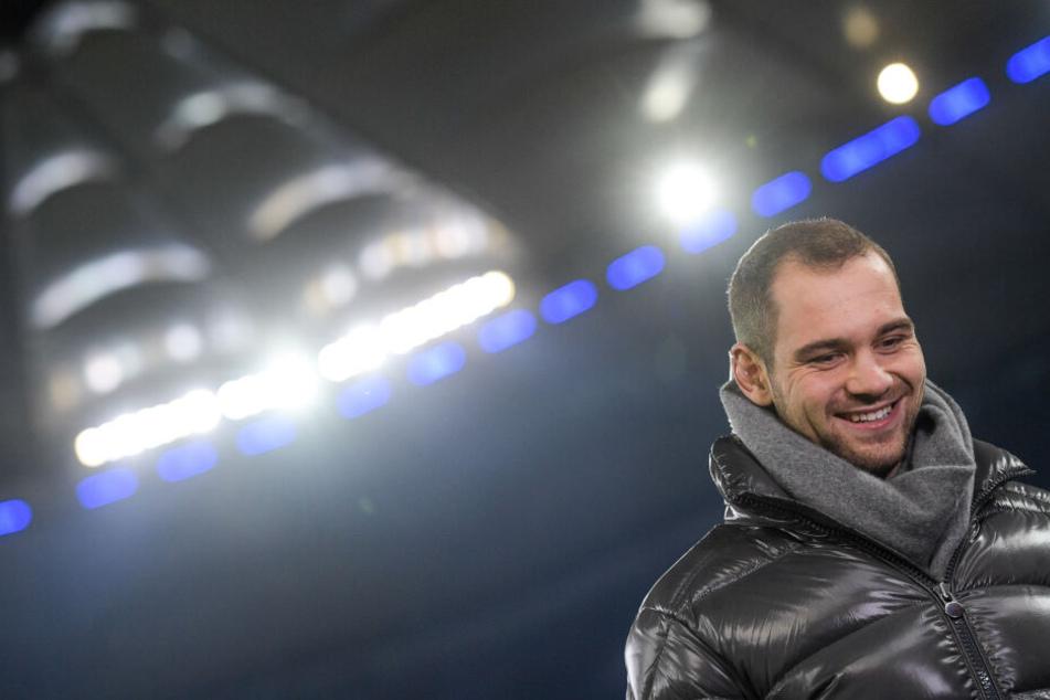 Hamburgs Pierre-Michel Lasogga wartet vor einem Spiel auf ein Interview.