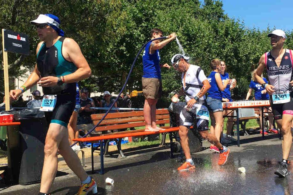 """Bei der extremen Hitze gab es von den emsigen Betreuern ein Abkühlung """"to go"""" für die Teilnehmer."""