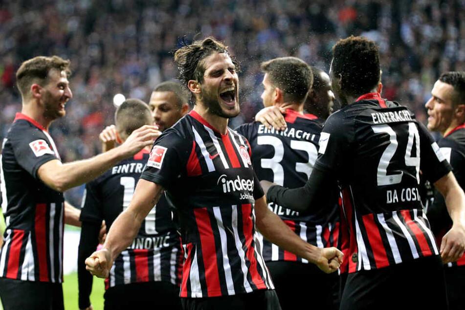 Goncalo Paciencia (Mi.) hat allen Grund zum Jubeln. Hier erzielte er gerade den 5:1-Endstand der Eintracht gegen den FC Bayern.