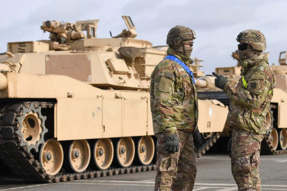 US-Soldaten bewachen Panzer, die in Bremerhaven ausgeladen wurden. (Archivbild)