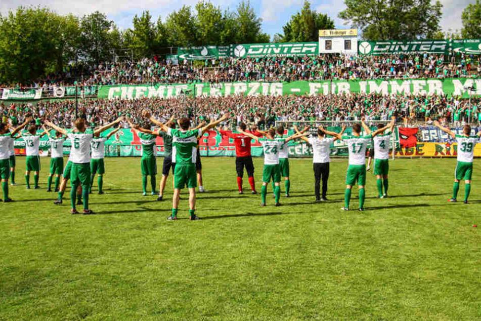 Nach dem nächsten großen Schritt in Richtung Aufstieg feierten Mannschaft und Fans eindrucksvoll.
