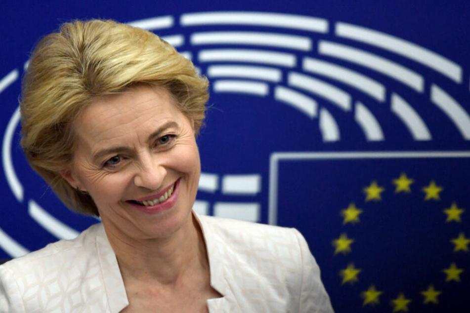 Ursula von der Leyen lacht bei einer Pressekonferenz nach der Bekanntgabe derWahlergebnisse im Plenarsaal.
