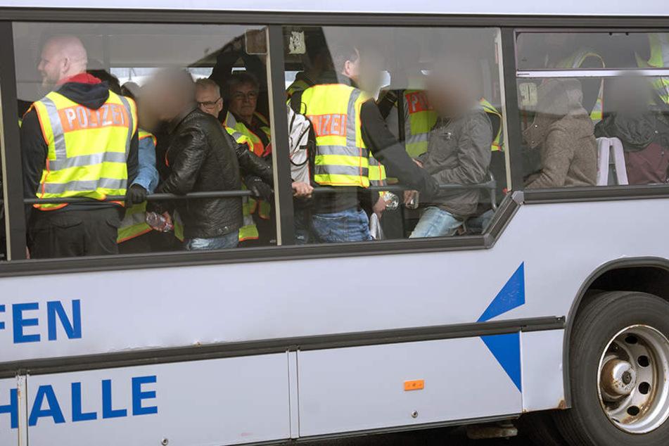 Unter den insgesamt 14 Afghanen, die per Sammelcharter am Dienstagabend vom Flughafen Leipzig/Halle aus nach Kabul geflogen worden waren, war auch ein Straftäter aus Sachsen. (Symbolbild)