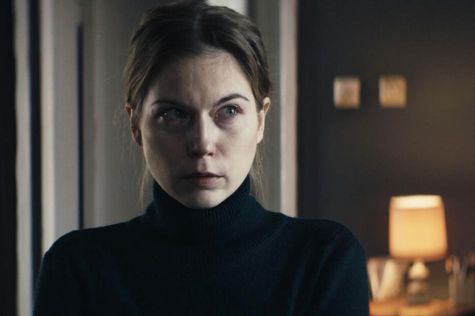 Nora von Waldstätten zeigt als Katharina Kraft, Mutter der vermissten Frauen, eine starke Leistung.