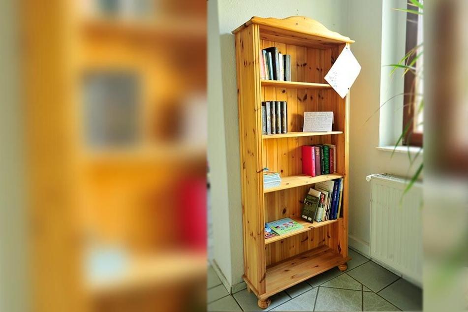 Das sonst immer volle Tausch-Regal war plötzlich fast leer - die Betreiberin möchte die Bücher zukünftig kennzeichnen.