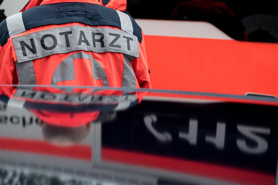 In Halle (Saale) ist am Montag eine Radfahrerin gestorben, nachdem sie von einem Lastkraftwagen erfasst worden ist. (Symbolbild)