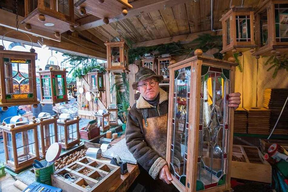 Hoffen auf das Weihnachtsgeschäft: Lampenmacher Joachim Schmidt (58) in seinem Stand auf dem Zwickauer Weihnachtsmarkt.