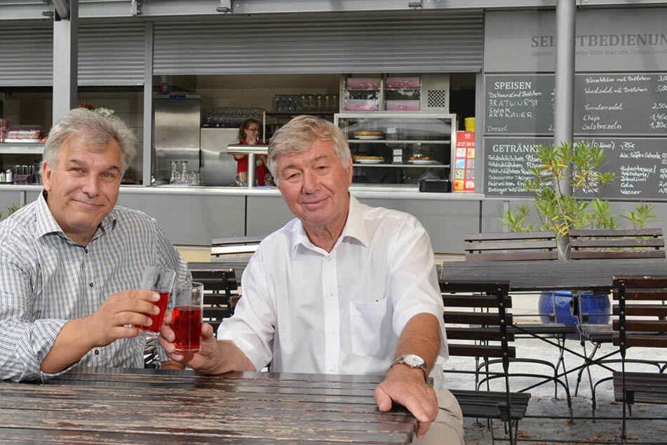 Gastro-Geschäftsführer Michael Grabowski (55, l.) stößt mit Fördervereins-Vorstand Eberhard Reißmann (77) vor dem neuen Ausschank an.