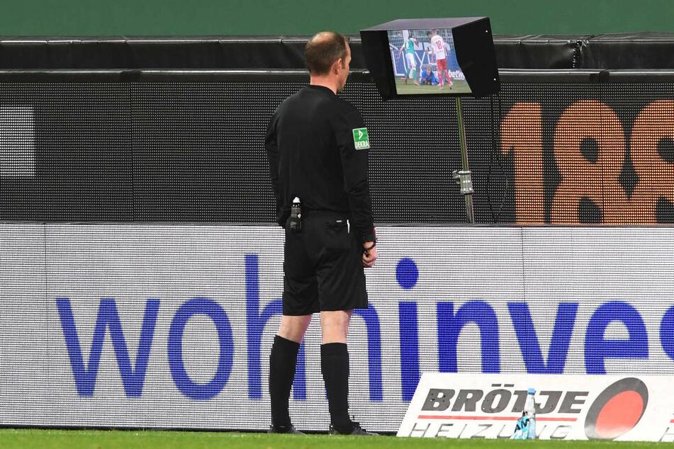 Schiedsrichter Marco Fritz nimmt nach dem Videostudium Werders Tor zum 1:1 zurück - eine Entscheidung, die im Nachhinein für große Diskussionen sorgen könnte.