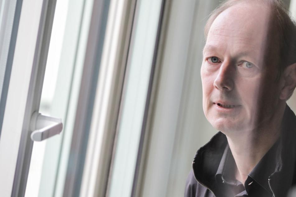 Der EU-Abgeordnete Martin Sonneborn (52, DIE PARTEI) hat großen Ärger - wegen einer Satire.