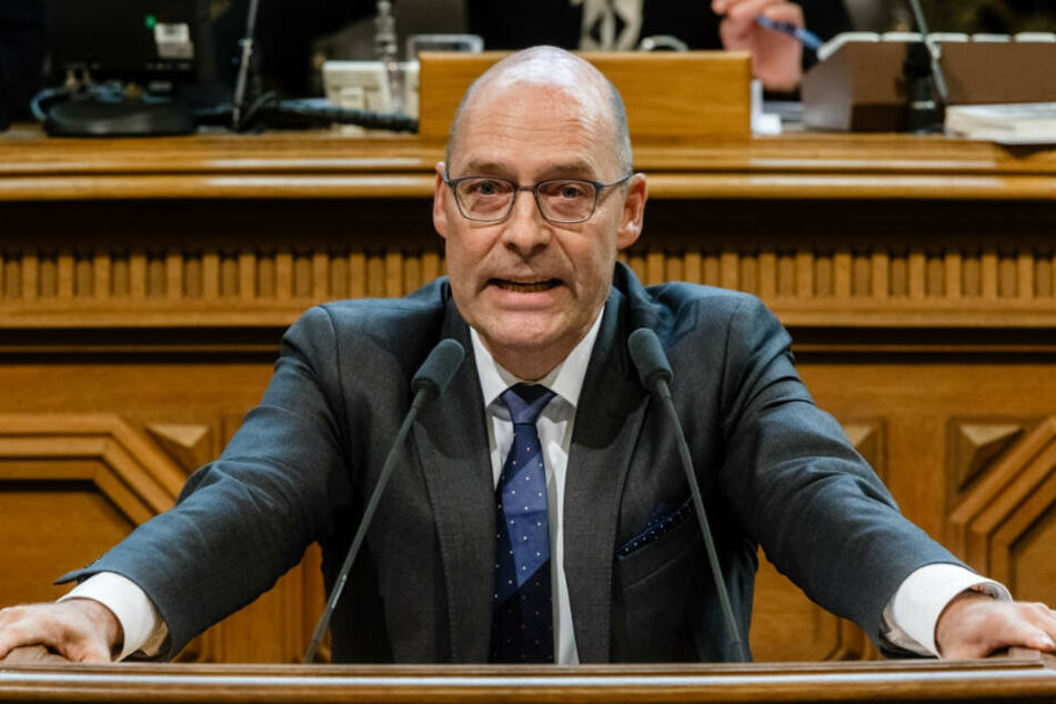 AfD-Politiker Andreas Wolf hält eine Rede im Hamburger Senat.