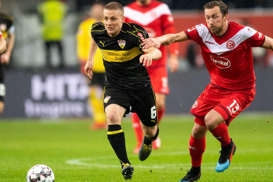 Ausnahmsweise Mal der VfB im Vorwärtsgang: Fortunas Adam Bodzek versucht Santiago Ascacibar aufzuhalten.