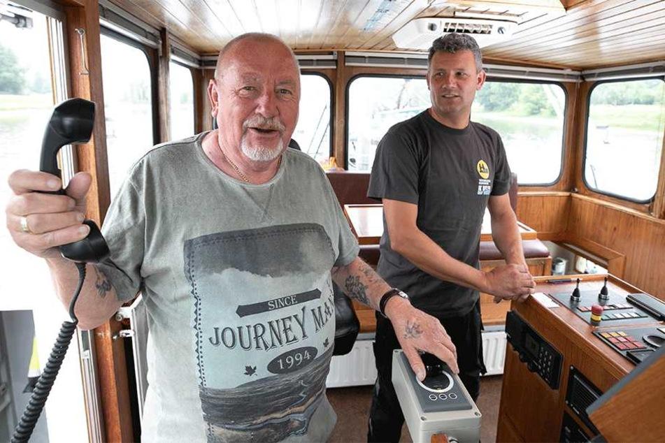 Kapitän Kees De Snoo (46, r.) und Lotse Horst Duggen (78) überwachen die Baggerarbeiten von der Brücke des Schiffes Theodorus aus.