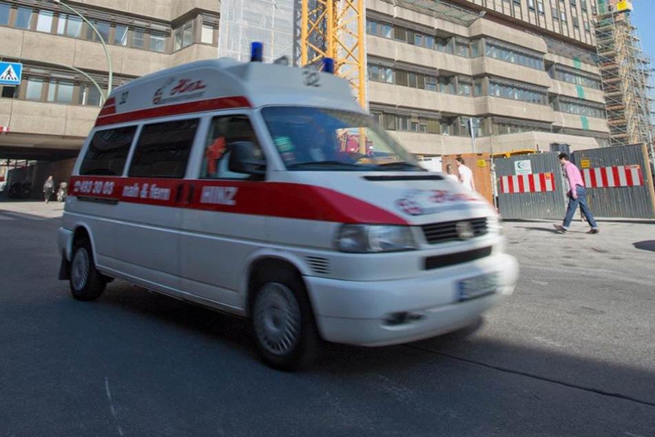 Ein Rettungswagen brachte den Verletzten ins Krankenhaus (Symbolbild).