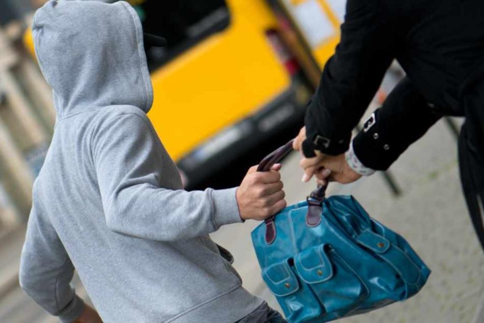 Der Frau wurde die Handtasche aus ihren Händen gerissen. (Symbolbild)