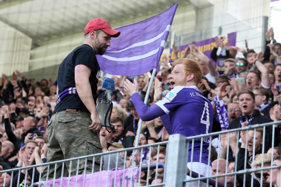 Fabian Kalig (Aue) feiert nach dem Spiel mit den Fans.