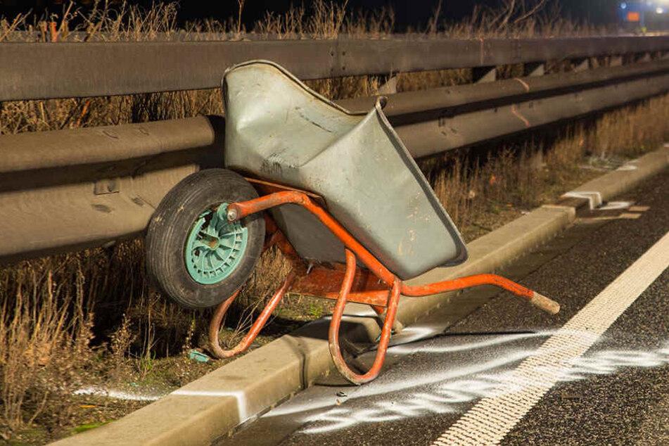 Mann will Schubkarre auf Autobahn wegräumen, dann wird er mehrfach überfahren