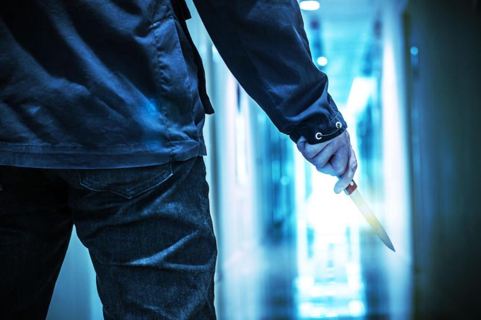 Der unbekannte Räuber rammte seinem Opfer ein Messer in die Brust (Symbolbild).
