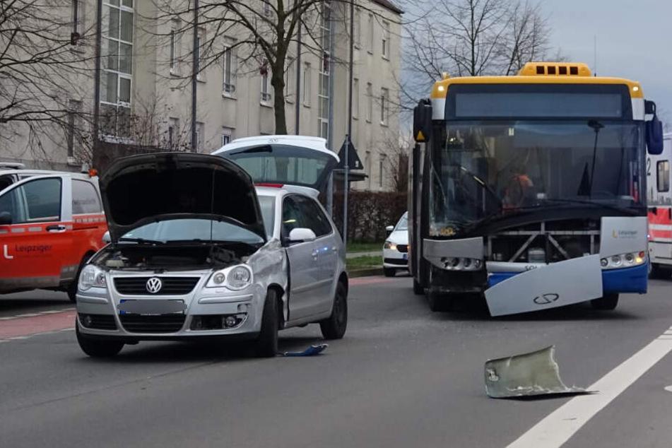 Ein Insasse des Unfallfahrzeugs wurde eingeklemmt.