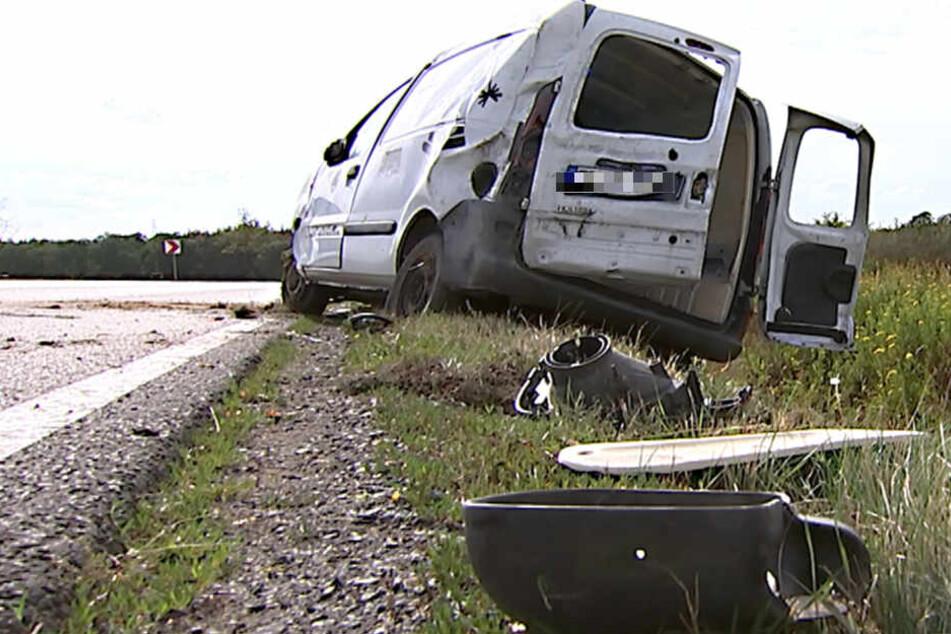 Der Renault Kangoo hatte sich auf der B87 bei Torgau überschlagen.