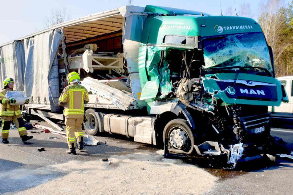 Lkw kracht in Schilderwagen: Schwerer Unfall auf der A10!
