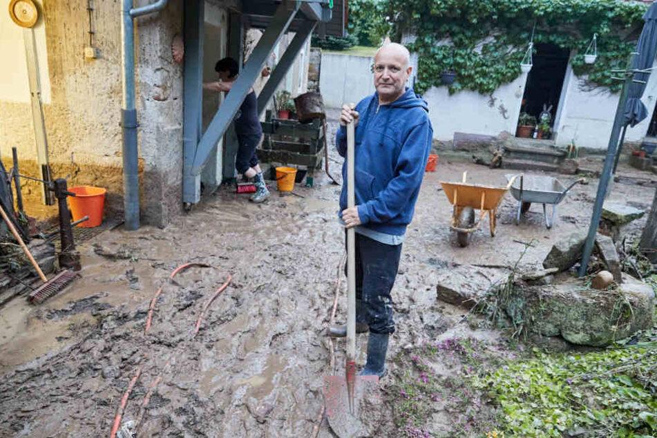 Roland Oehme (59) aus Struppen versucht sein Grundstück wieder sauber zu machen.